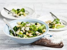 Pasta primavera eli vihreä pasta on täynnä kesäkauden parhaita tuoreita kasviksia. // Kesä