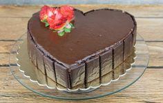 Tort red velevet w kształcie serca, polany czekoladą. Przepis na tort czekoladowy walentynkowy udekorowany świeżymi truskawkami.