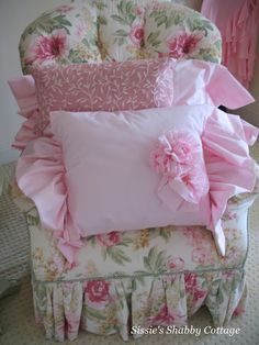 Sissishabbycottage.blogspot.com:  Pink Pillows are my favorite