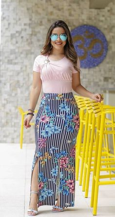 Outfits that look extraordinary are what every woman wants. These Stunning Outfits for Hourglass Body Shaped Women will tell you how to flaunt your curves. Maxi Outfits, Curvy Outfits, Modest Outfits, Classy Outfits, Casual Outfits, Long Skirt Fashion, Modest Fashion, Girl Fashion, Fashion Dresses