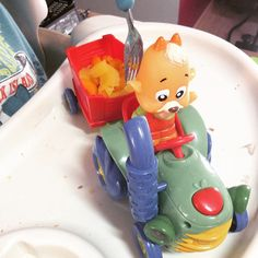 E porque não higienizar bem os brinquedos e fazer um almoço divertido? Cenoura fresquinha, o trator acabou de trazer da fazendinha, o Ber adora!  Fun food for kids.