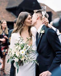 WEBSTA @ santteestilo - Um vestido com linhas clássicas merece um buquê da mesma altura! Adoramos essa ideia do arranjo simples, porém bastante romântico, para as noivas minimalistas. ⠀A dress with classic lines deserves a bouquet of the same height! We love the idea of the simple arrangement, but also really romantic, for minimalists brides.⠀#moda #estilo #fashion #style #love #instafashion #fashiongram #lovefashion #fashionlovers #wedding #weddingdress #noiva #casamento #bride