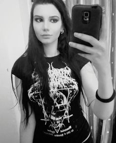Here for you i have the female metal fans that you dream to cross more often on the street. Metal Fan, Metal Girl, Black Metal, Heavy Metal, Punk Women, Band Outfits, Rocker Chick, Alternative Girls, Feminine