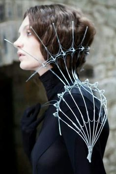 Wire sculpture shoulder piece with extended collar detail - dramatic body jewellery; wearable art // Nika Danielska Could be a collar of prosperous cape structural Image Fashion, Fashion Details, Fashion Art, Fashion Design, Crazy Fashion, Body Jewelry, Jewelry Art, Gold Jewellery, Jewlery