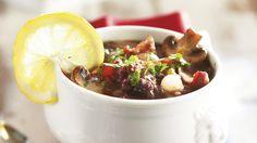 Jauhelihapata ranskalaisittain hautuu helposti herkulliseksi liedellä kypsyen. Punaviini, pekoni, kasvikset ja yrtit tekevät ruoan mausta täyteläisen.