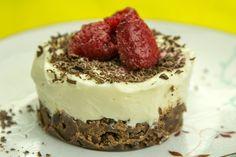 Εύκολο τσιζκέικ με τυρί κρέμας, λευκή σοκολάτα, γιαούρτι και κρέμα γάλακτος σε βάση chocolate cookies με ράσμπερις για δροσιά