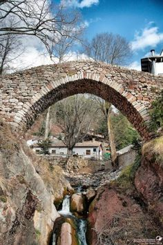 Nacimiento Llobregat, CASTELLAR DE N'HUG, Cataluña Barcelona Site, Barcelona Day Trips, Places In Spain, Oh The Places You'll Go, Old Bridges, Beautiful Places To Visit, Landscape, Places, The World