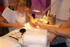 http://paznokcie.blogstream.pl/paznokcie-hybrydowe-manicure-sezonu/porządnie skończony  utrzymuje się beż ubytków a utraty blasku nawet  4 tygodnie. tipsy). Co ciekawsze,  jest nadzwyczaj podobny, albowiem lakiery hybrydowe są  trwałe kiedy żelowe paznokcie.  Paznokcie hybrydowe – manicure sezonu Czemu zawdzięczają głośne imię paznokcie hybrydowe? Paznokcie hybrydowe wyglądają nader naturalnie. Paznokcie hybrydowe  kapitał Paznokcie hybrydowe wykonywane s�