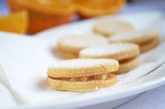 Mit Schokocreme und Orangenmarmelade werden die Plätzchen zusammengesetzt. Das Rezept für die fruchtigen #Orangenkekse ist hier. Oranges And Lemons, Doughnut, Sweets, Snacks, Cookies, Baking, Desserts, Super, Food