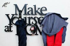 Wieszak, napis  Dekoracja Ubrania Make Yourself at Home - Art-Steel - Ozdoby na ścianę