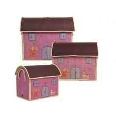 Krimskramskiste in Hausform mit braunem Dach von RICE. Motiv: Mädchen mit Katze. Größe der großen Kiste: 54 x 44 x 34 cm, Größe der mittleren Kiste: 47 x 39 x 29 cm, Größe der kleinen Kiste: 40 x 33 x 25 cm. Alle 3 Größen passen perfekt ineinander. Alle Größen sind jeweils einzeln bestellbar, das 3er-Set enthält je eine kleine, mittlere und große Kiste. Der besondere Clou dieser handgearbeiteten Bastkiste für Spielzeug und allerlei Krimskrams von RICE ist das aufklappbare Dach des Hauses. Um…