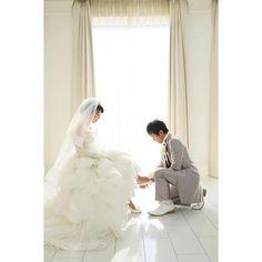 結婚式当日レポ⑧ シンデレラショット✳︎. . 撮りたかったshot. . ブライダルシューズを買うかレンタルかで悩んだ時に、「一生に一度だし、買ってあげるから好きな靴履きな!」と彼が言ってくれて☺️. 可愛くて可愛くて一目惚れしたBENIRの靴を買ってもらいました❤️. なので、買ってもらった靴を彼に履かせてもらう写真を絶対に撮りたかったので満足. . #ay_wedding0117#2016wedding#2016冬婚#結婚式#wedding#結婚式当日レポ#青山迎賓館#テイクアンドギヴニーズ#oneheartwedding#結婚式の思い出にひたる会#ウェディングドレス#フォーシスアンドカンパニー#フォーシス#クリッシー#ウェディングシューズ#ブライダルシューズ#ベニル#BENIR#シンデレラショット