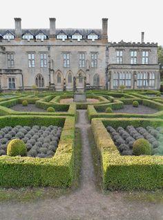 Jardins formels à l'abbaye de Newstead, demeure ancestrale de Lord Byron, Nottingham, en Angleterre Formal gardens at Newstead Abbey, ancestral home of Lord Byron, Nottingham, England