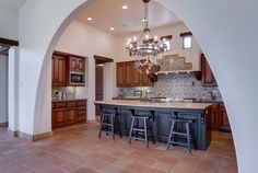 Traditional+kitchen+with+spanish+style+tile+backsplash+arched+wall