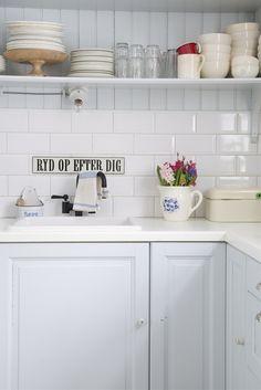 Kitchen Shelves, Kitchen Dining, Kitchen Cabinets, Scandinavian Cottage, Scandinavian Interiors, Scandinavian Style, Country Kitchen Designs, Country Kitchens, Light Blue Kitchens