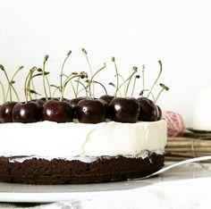 Snowwhite cake: brownie, mascarpone, cherrys LACTOSEFREE Schneewittchen-Torte: Brownieboden, Mascarponecreme, Kirschen LAKTOSEFREI *Hummelsüß* http://hummelsuess.blogspot.de/2016/07/spieglein-spieglein-der-wand.html