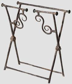 Sella curulis late Roman / Migration Period, 4/5 Century. AD framework Folding of circular and square iron bars, short on the bottom feet. A page split in the middle with an S-shaped struts. Endknäufe laterally mounted in bronze. Purified soil Fund, Frame dimensions 50 cm x 59th