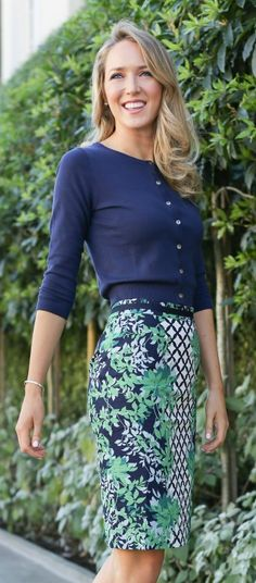 floral print navy, white and kelly green pencil skirt with grosgrain ribbon at waist + cropped navy classic cardigan. Such a classy chic outfit for those days that are chilly. Love the color combo and the pattern of the skirt. Womens Fashion For Work, Work Fashion, Modest Fashion, Dress Fashion, Fashion Clothes, Fashion Outfits, Vestidos Chiffon, Green Pencil Skirts, Mode Simple