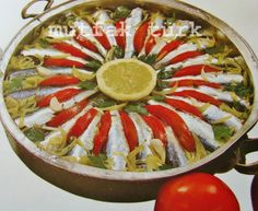 papalina buğulama  papalina hamsiden daha tombul, sardalyadan daha küçük saldalya hamsi arası bir balık. her ne kadar kızartması daha lezzetli olsa da daha sağlıklı olması açısından biz buğulamasını paylaşmak istedik.