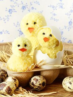 Make Easter chicks out of pompoms - that's how it works - LECKER Osterküken aus Pompons basteln - so geht's Hach, they are nice fluffy! Easter Arts And Crafts, Spring Crafts, Diy For Kids, Crafts For Kids, Diy Crafts To Do, About Easter, How To Make A Pom Pom, Diy Ostern, Pom Pom Crafts
