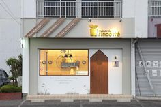cadeau de rincotté カド・ドゥ・リンコット: コムデザインラボが手掛けたオフィススペース&店です。 Cafe Shop Design, Store Design, House Design, Coffee Shop Bar, Coffee Store, Facade Design, Exterior Design, Signage Design, Cafe Restaurant