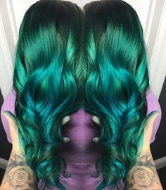 OMGee Gorgeous metallic emerald green melting into blue by @hairbybrie_z #hotonbeauty #hothairvids