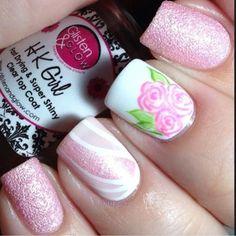 unhas decoradas com flores rosa com fundo branco