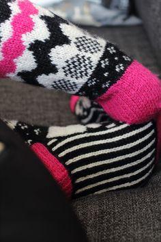 Melkein kuin uusi: Marimekko-villasukat (+ neulekaavio) Marimekko, Snowflakes, Gloves, Knitting, Winter, Fashion, Winter Time, Moda, Snow Flakes