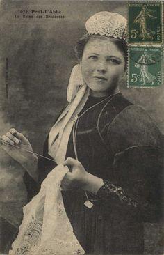 Carte postale : brodeuse Si la broderie du costume était réservée à l'homme, celle de la coiffe, plus fine, appartenait à la femme. Les dentelières réalisaient les coiffes chez elles et étaient payées à la pièce. Ici, la brodeuse est Mimi Quéffelec, première reine des brodeuses de Pont-l'Abbé, en 1909.