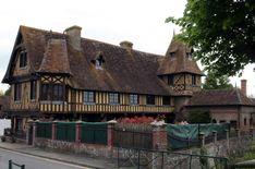 Het mooiste vakwerk huis van Beuvron en Auge in Normandië, Frankrijk Medieval, Cabin, France, Traditional, Naive, Architecture, House Styles, Renaissance, Home Decor