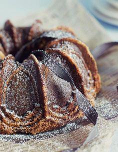 Gluteeniton taatelikakku on huippuherkullinen ja mehevämpi kuin perinteinen vehnällä leivottu! Koukuttavan hyvän taatelikakun saat, kun haudutat taatelit omenamehussa, maustat taikinan ihanalla muscovadosokerilla ja käytät kakkuun mantelijauhoja.