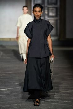 Jil Sander Spring 2020 Ready-to-Wear Fashion Show - Vogue Review Fashion, Fashion Mode, High Fashion, Fashion Outfits, Fashion Tips, Fashion Design, Jil Sander, 2020 Fashion Trends, Fashion 2020