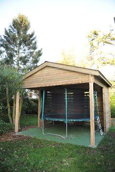 Appenti Maisonelle en bois qui y abrite un trampoline afin de le protéger des intempéries. (Vue de Face)