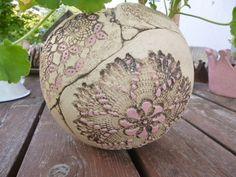 Die Pflanzkugel aus Keramik ist handgetöpfert, teilweise in Rosa glasiert und gebrannt. Die Keramikkugel ist ca. 18 cm und ist frostfest. Unten an der Standfläche habe ich kleine Löcher...