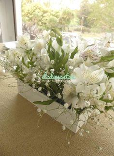 Mesa principal Novios: ambientación con caminos, velas, números de mesa y pinches de hierro con velas. Centros de mesa macetitas blancas con flores (alstroemerias y gipsófilas)