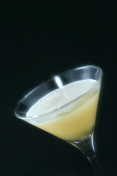 Invata sa pregatesti chiar la tine acasa un delicios lichior de banane. Limoncello, Glass Of Milk, Drinks, Food, Beverages, Canning, Banana, Drinking, Essen