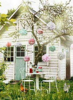 großes Gartenhaus mit Dekoration aus Papierblumen