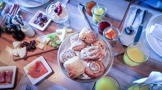 With a sunday brunch you start into the day in style. In the Cervo Mountain Resort in Zermatt you celebrate the brunch in an alpin chic design: Zermatt, Sunday Brunch, Boutique, Breakfast, Restaurants, Paradise, Mountain, Brunch Ideas, Morning Coffee