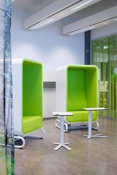 The Loookin Box Lounger tarjoaa avokonttorissa tarvittaessa rauhaisen paikan esimerkiksi puheluille. Office Interiors, Offices, Public, Studio, Chair, School, Health, Furniture, Home Decor