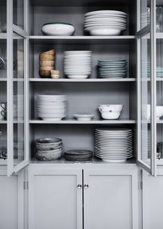 Beautifully styled simple shelves in a grey kitchen dresser Stylish Kitchen, New Kitchen, Kitchen Dining, Kitchen Decor, Gray Interior, Kitchen Interior, Beautiful Kitchens, Cool Kitchens, Kitchen Dresser