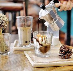 """Favour Cafe"" ร้านกาแฟไร้เครื่อง โชว์ต้มสดจากหม้ออิตาลีรสเข้มหอมละมุน"