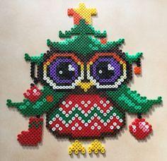 """Décoration de noël en forme de hibou """"sapin de Noël"""" avec des perle hama """"midi"""". Il est constitué de différentes couleur qui sont le violet, noir, blanc, vert, jaune, orange, - 16562204"""