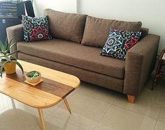 Sofá cubo 200x90 tapizado en Emily mustang, con asiento de placa soft y patas de madera.