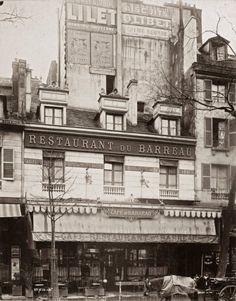 Café-restaurant du Barreau, 10, boulevard du Palais, Paris Ier. L'immeuble est sur le point de disparaître au gré du dernier agrandissement du Palais de justice. Il va être démoli en 1907, en même temps que toutes les maisons du quadrilatère boulevard du Palais, rue de la Sainte Chapelle, rue Mathieu Molé, quai des Orfèvres. Le café du Barreau était le repaire du jeune reporter Joseph Rouletabille