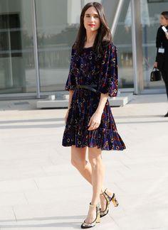 La actriz Jennifer Connelly acudió a la primera fila de Louis Vuitton con este minivestido estampado combinado con unos zapatos bordados en negro y dorado.