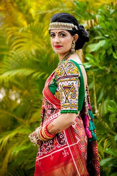 In this post, you can find many best Navratri Dress Images and Navratri Outfit. Choli Blouse Design, Choli Designs, Sari Blouse Designs, Saree Blouse Patterns, Bandhani Dress, Saree Dress, Indian Designer Outfits, Indian Outfits, Indian Dresses