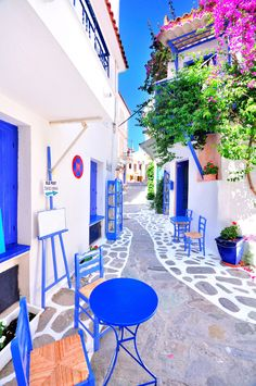 Experience the best of Greece's food, wine, & nightlife with these amazing tours!