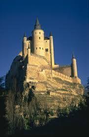 steenhopen. Andere kastelen zijn opgeknapt en sommige kun je bezichtigen. Een prachtig voorbeeld is het Muiderslot. Het is een echt middeleeuws kasteel: vierkant, met ronde hoektorens, kantelen, een gracht en een ophaalbrug. frederik de vijfde woonde er