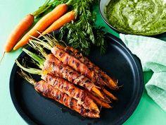 Pekoniin käärityt porkkanat grillataan tai kypsennetään uunissa. Porkkanannaateista syntyy maukas, laktoositon dippi.