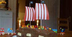 Rezept: Piratenschiff-Kuchen für den maritimen Kindergeburtstag backen. Eine richtige Piraten-Party braucht einen Schiffs-Kuchen, und dem Geburtstagskind und seinen Gästen soll es schmecken. Auf Küstenkidsunterwegs zeige ich Euch, wie Ihr aus einem einfachen Marmorkuchen aus der Kastenform einen tollen Piratenschiffkuchen zaubert!  #piratenschiff #kuchen #rezept #pirat #schiff #geburtstag #kind #maritim #kindergeburtstag #einfach #marmorkuchen #kastenform #backen #piratenparty Birthday Candles, Cake, Desserts, Babys, Muffins, Food, Pirate Ship Cakes, Tailgate Desserts, Babies